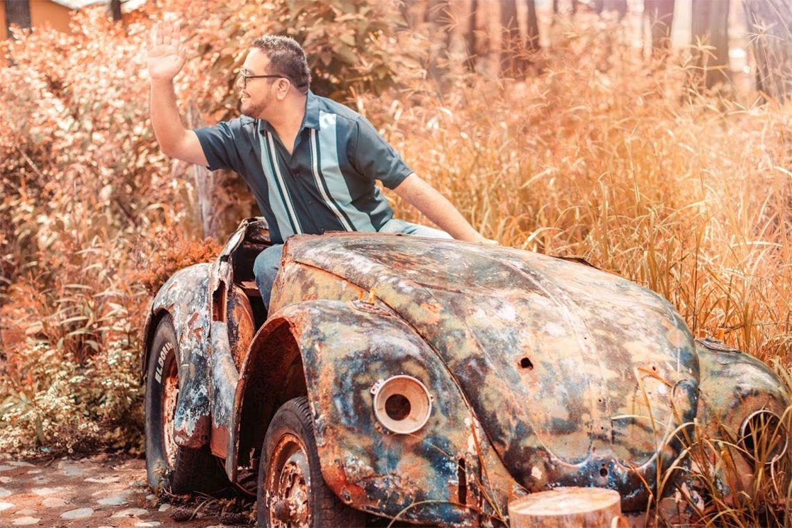 Fotografía de César Guerra en un auto clásico