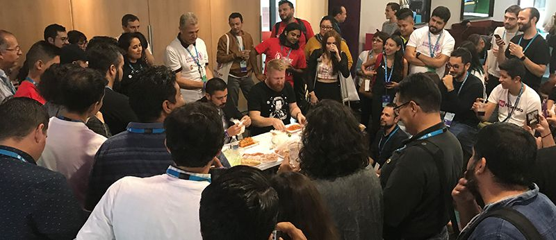 Jefferson Maldonado y Eric Arrington compiten comiendo torta ahogada
