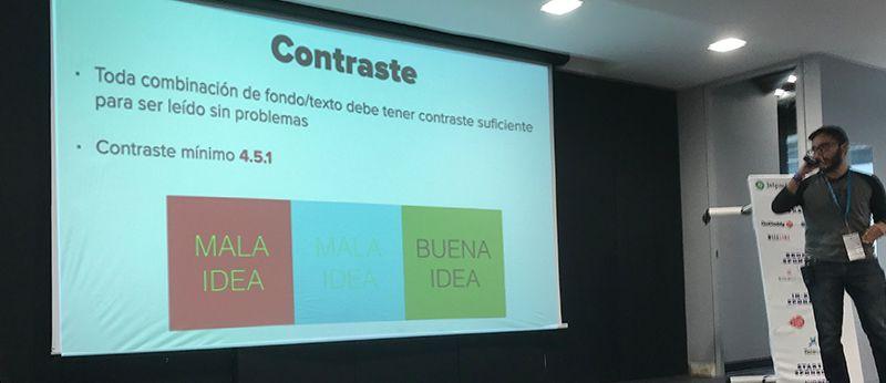 Mario Aguiar explicando contraste en su charla de Accesbilidad en la web